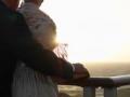 Pareja mirando hacia el mar – 6 cruceros románticos