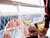 Los cruceros en el 2012 - Pareja disfrutando de una copa de vino en un crucero.