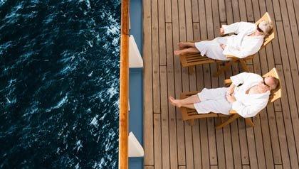 Pareja descanzando en un barco - Planificación de las vacaciones de primavera y verano