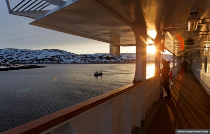 Pasajeros de cruceros mirando un barco durante un viaje a lo largo de la costa noruega entre Bergen y Kirkenes, Destinos de Cruceros inusuales