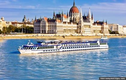 Crucero que pasa cerca del Parlamento sobre el Rio Danubio, Budapest, Hungría