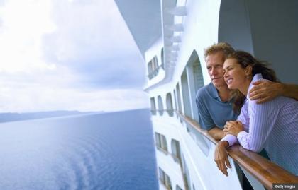 Parejaen un crucero mirando al mar - Los cruceros