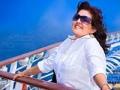 Mujer observa el mar desde el balcón de un barco - 8 mitos sobre cruceros