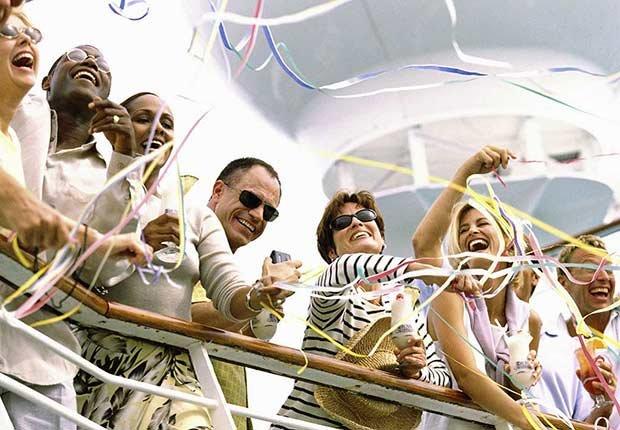 Grupo de personas celebrando en un barco - 8 mitos sobre cruceros