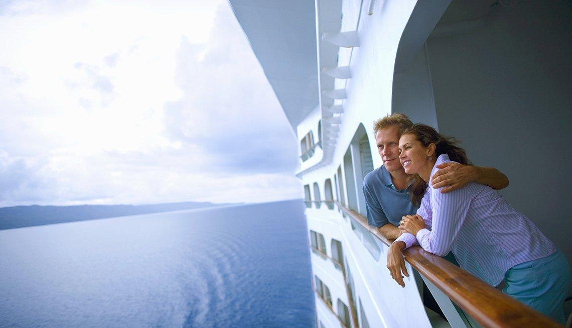 Secretos sobre cruceros para navegar sin contratiempos - Pareja en un crucero