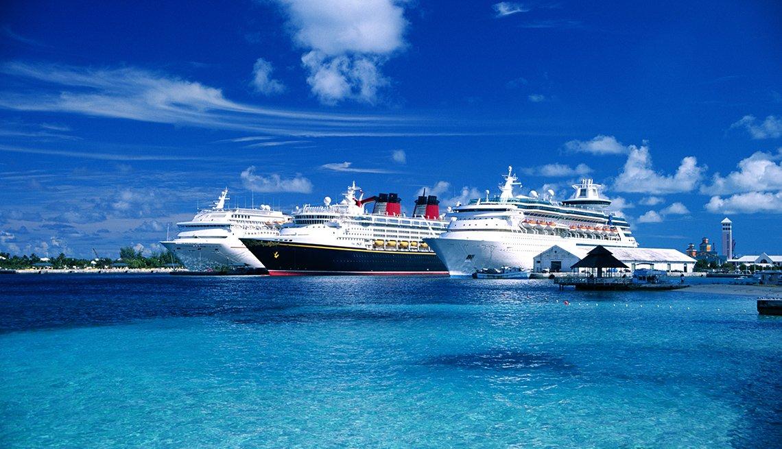 Tres cruceros atracados en las Bahamas.