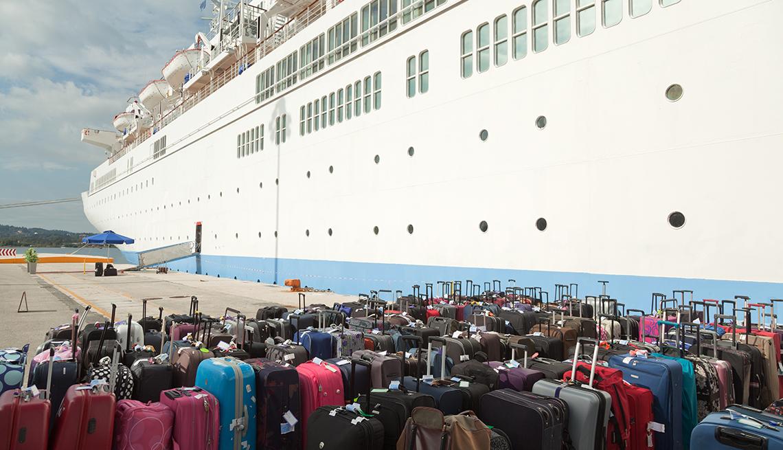 Grupo de maletas en frente de un crucero