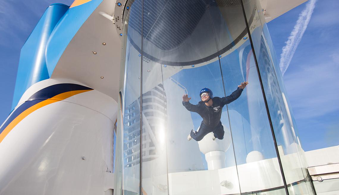 Hombre haciendo paracaidismo en un crucero