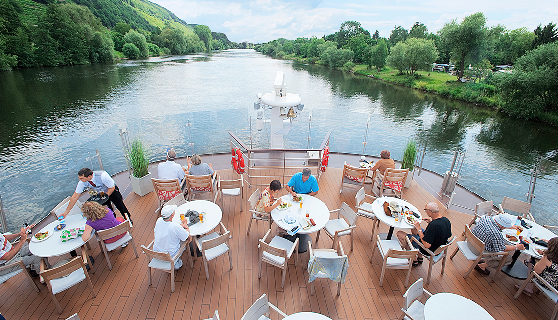 Personas sentadas en el comedor exterior de un barco