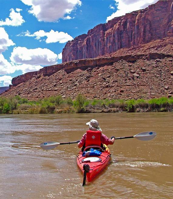 Kayakista en un río en Utah