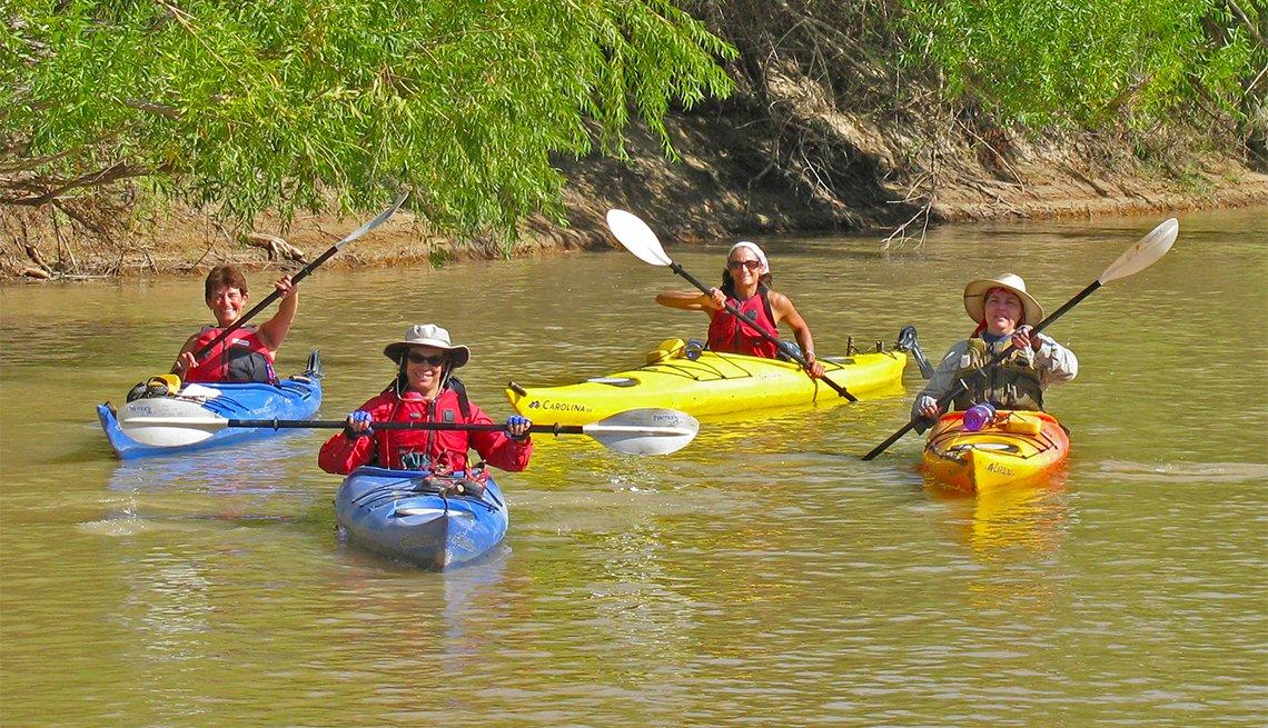 Cuatro mujeres kayakistas en una expedición por río
