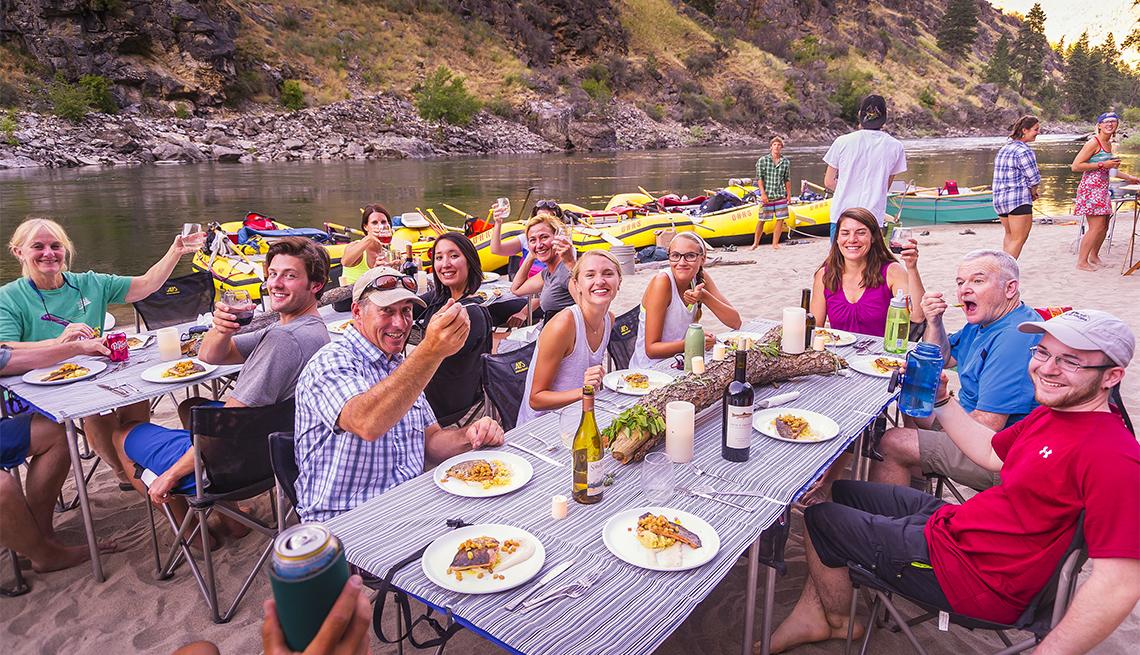 Grupo de viajeros comiendo salmón