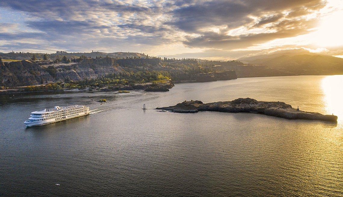 Crucero navega a lo largo del río Columbia