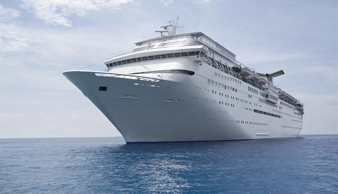Crucero navega en mar abierto