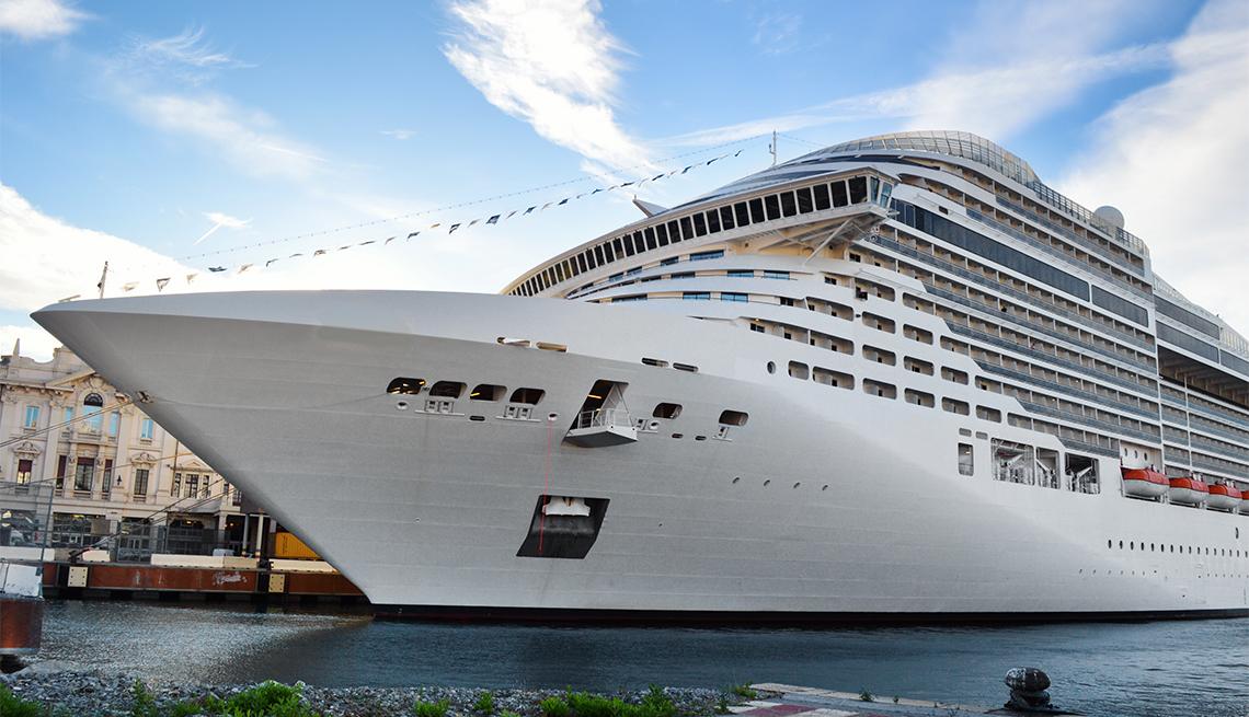 Crucero atracado en un puerto