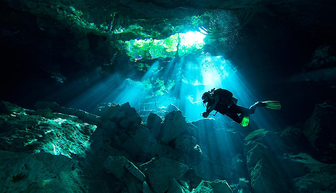 item 8 of Gallery image - Persona bajo el agua de los cenotes de Tulúm.