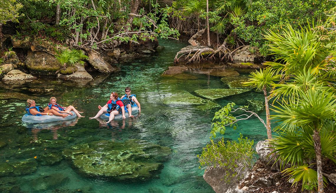 item 7 of Gallery image - Pesonas disfrutando en el agua de Xel-Há.