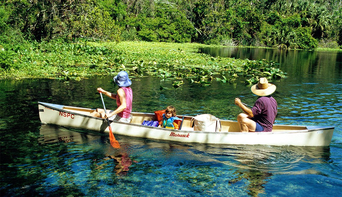 item 3 of Gallery image - Dos personas reman en una canoa en el Río Wekiwa.
