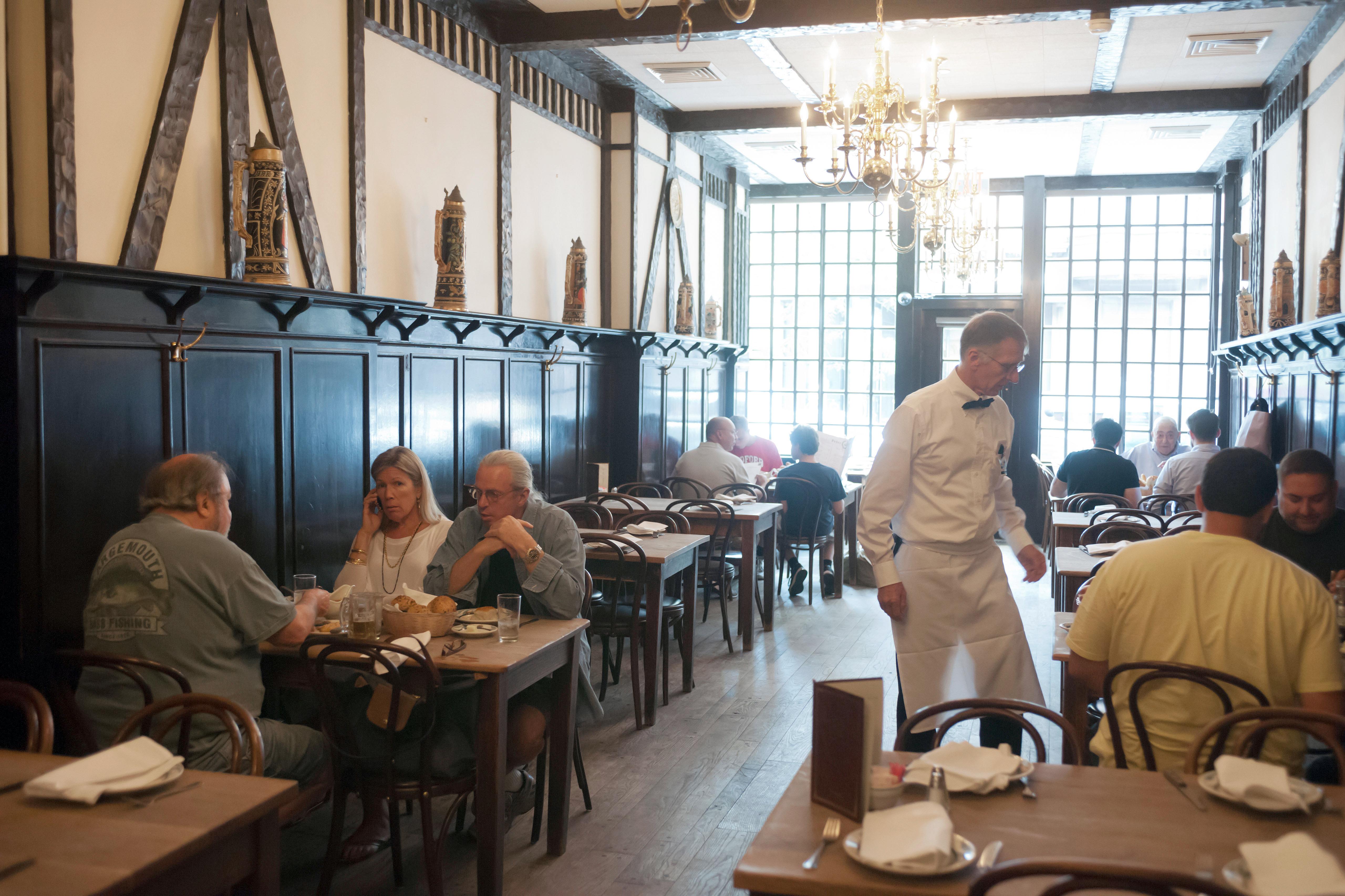 interior del restaurante Peter Luger Steak House en Williamsburg, Brooklyn en Nueva York.