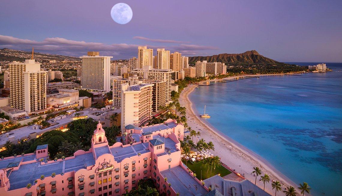 moon rises over beach in Oahu