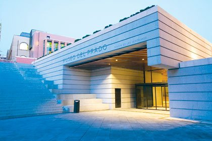 Fachada moderna del Museo Nacional del Prado, Madrid, España