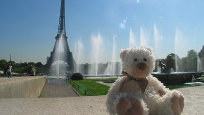 Oso de peluche centado cerca de la torre Eiffel