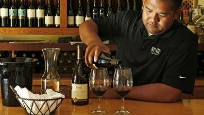 Enófilos se deleitan en la sala de catación de vinos en Wente Vineyards en Livermore, California