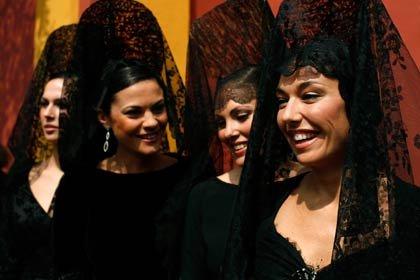 Semana santa alrededor del mundo: Mujeres usando mantillas tradicionales durante la semana santa en Sevilla, España
