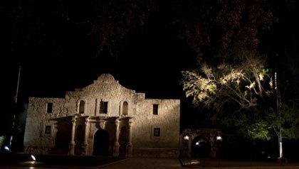 El Alamo en San Antonio, TX en la noche - 5 Destinos para este verano