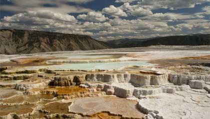 Una vista espectacular de la terraza de Minerva en el Parque Nacional Yellowstone. Gran destino turístico para este verano.