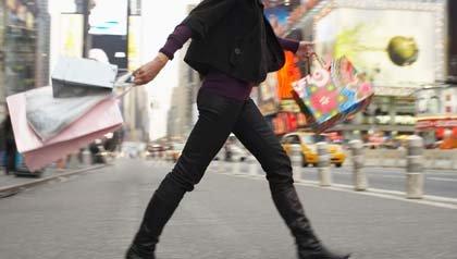 Mujer de compras en la ciudad de Manhattan, Nueva York, EE.UU.