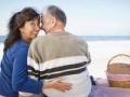 Pareja en la playa teniendo un picnic - Consejos para planificar una segunda luna de miel