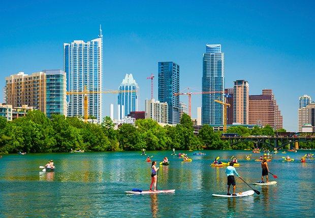 Ciudades para divertirse al aire libre - Gente divirtiendose en el agua