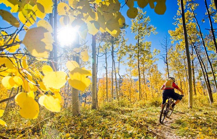 Ciudades para divertirse al aire libre - Hombre montando en bicicleta