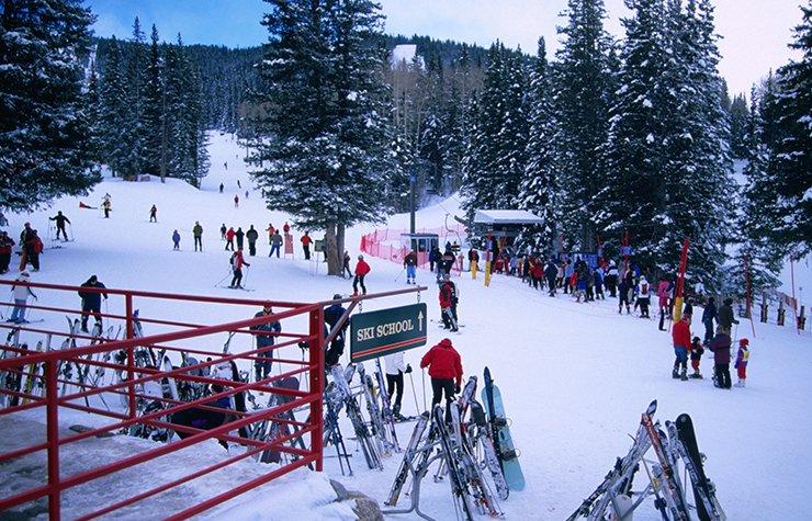 Ciudades para divertirse al aire libre - Personas en una montaña con nieve