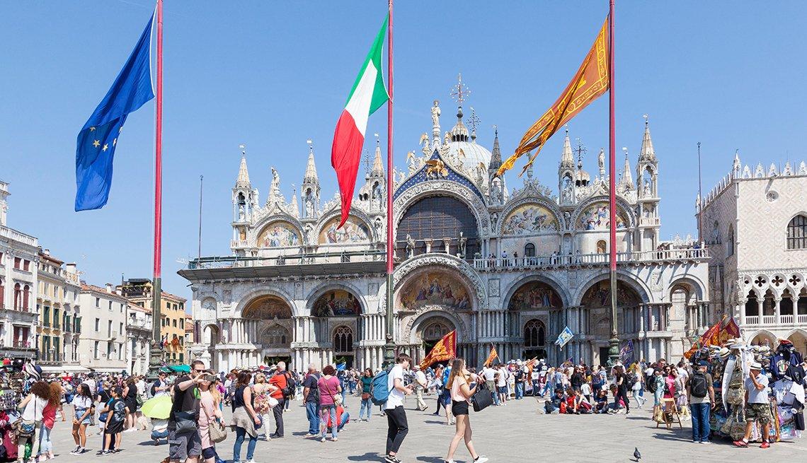 Personas caminan frente a la Basílica de San Marco