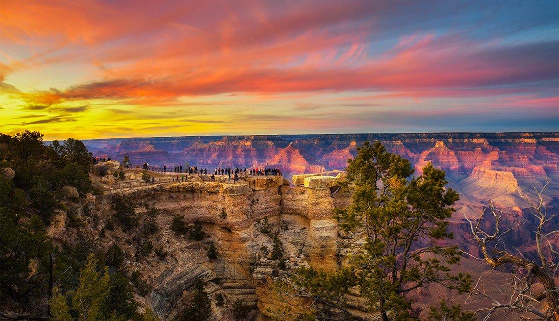 item 4 of Gallery image - Turistas disfrutan de la hermosa puesta de sol sobre el Parque Nacional del Gran Cañón