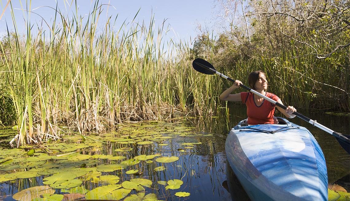 item 1 of Gallery image - Mujer en kayak en el Parque Nacional Everglades