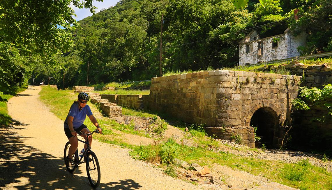 item 5 of Gallery image - Ciclista pasea por el Parque Histórico Nacional Canal C y O, cerca de Harpers Ferry, West Virginia