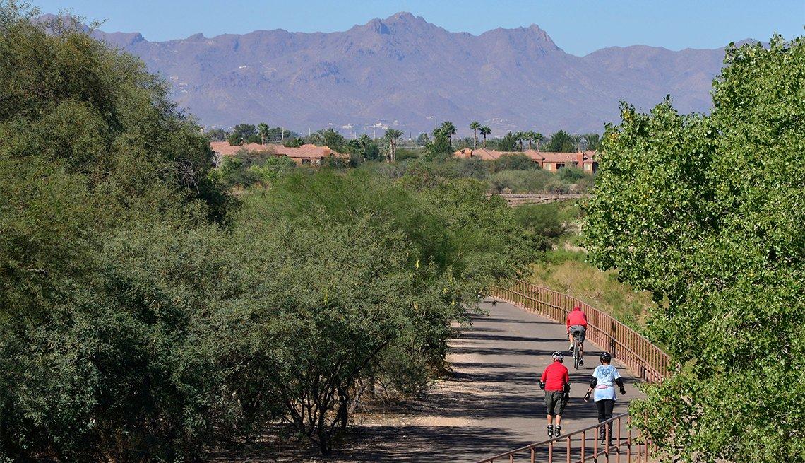item 4 of Gallery image - Personas avanzan por The Loop en el Rillito River Park