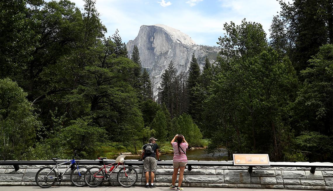 Dos ciclistas observan la cima de una montaña