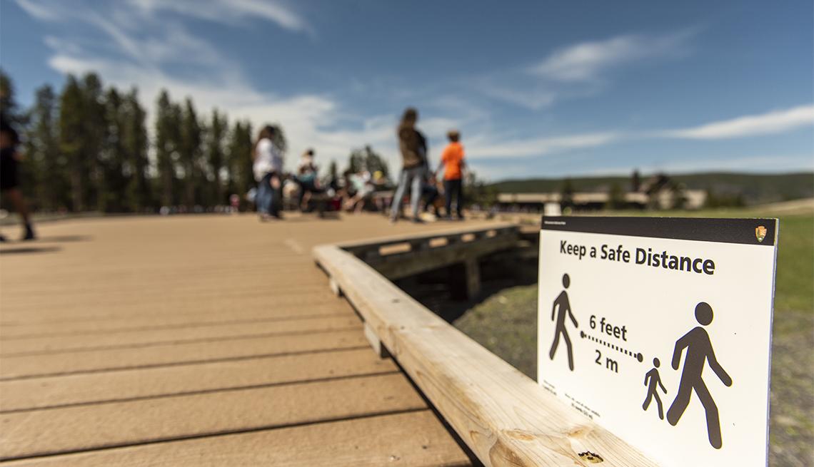 Letrero advierte sobre el distanciamiento social en el Parque Nacional de Yellowstone