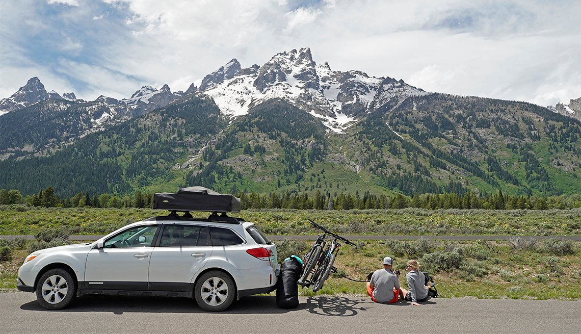 Una pareja parqueada en la carretera en el Parque Nacional Grand Teton