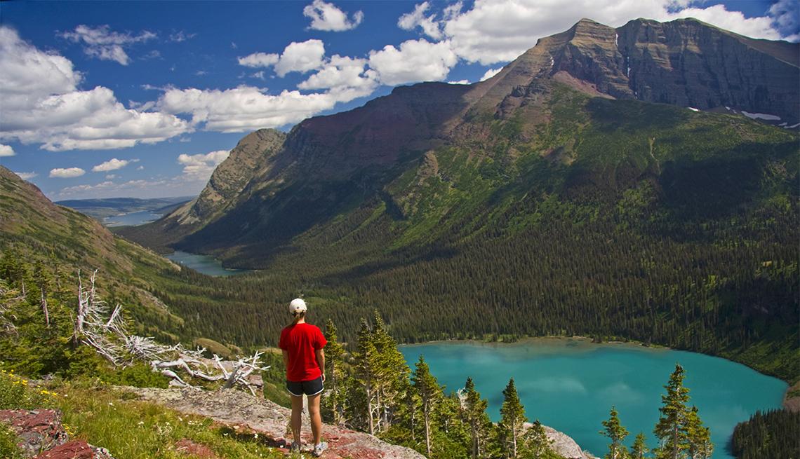 Mujer observa el Lago Grinnell
