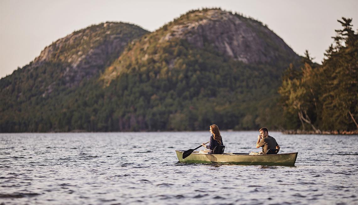 item 3 of Gallery image - Una pareja en canoa en el lago Jordan