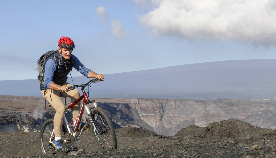 Ciclista con la montaña Mauna Kea detrás