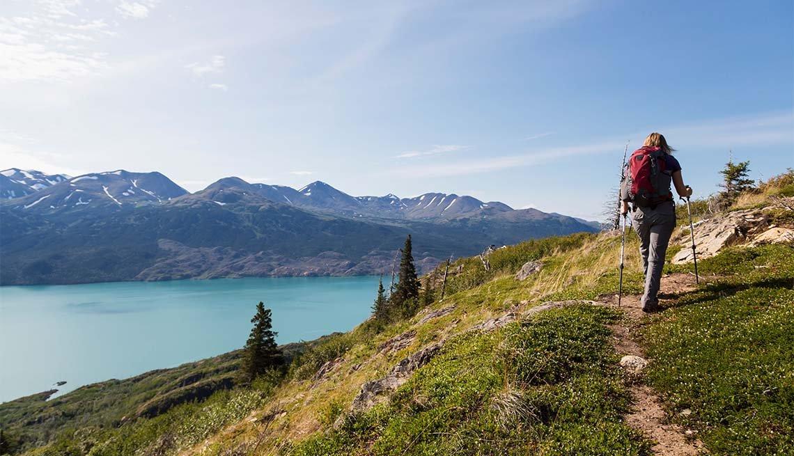 Mujer excursionista camina por la montaña