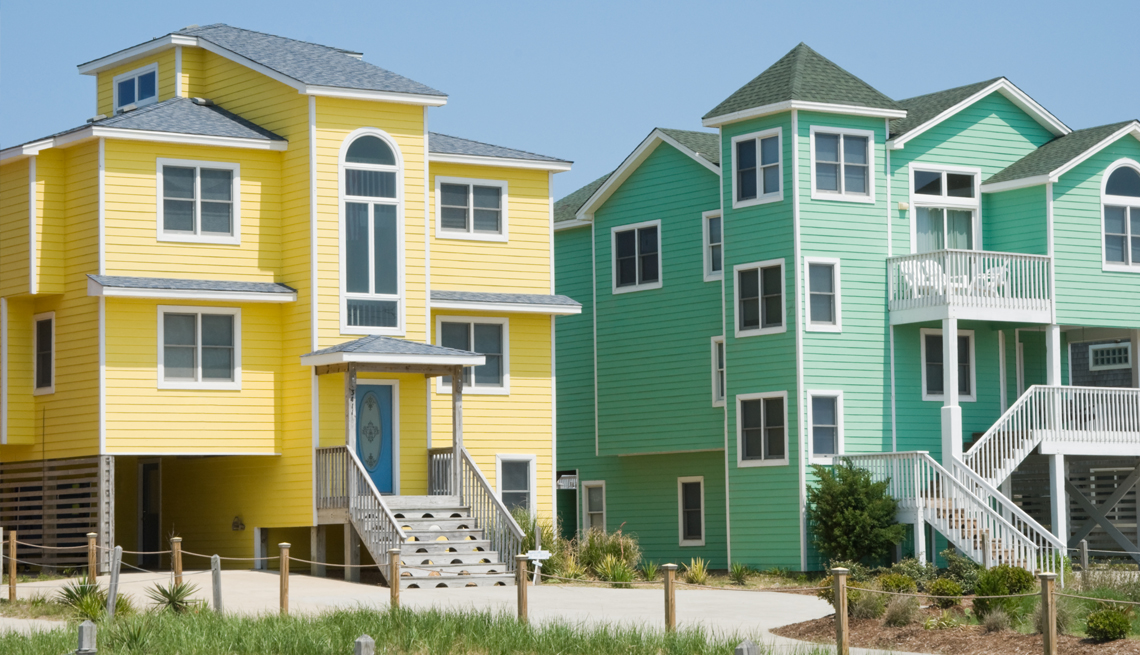 brightly colored beach houses on the outer banks in north carolina
