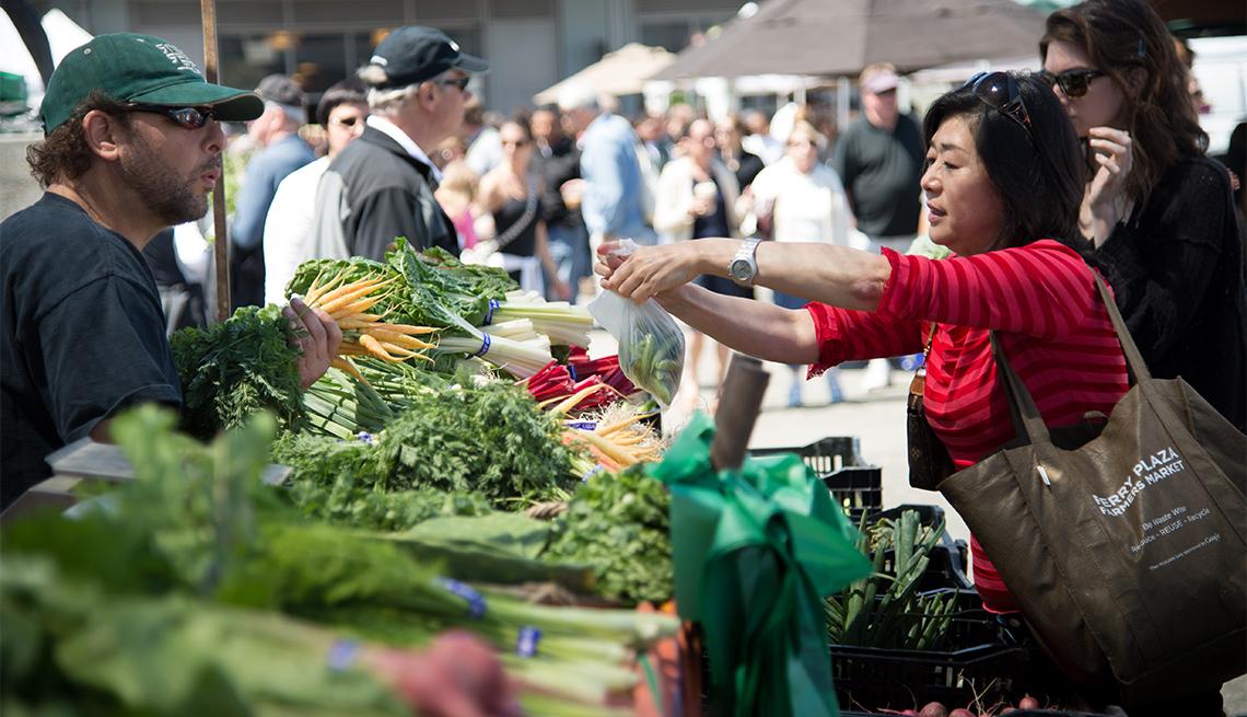 item 1 of Gallery image - Personas compran en un mercado agrícola