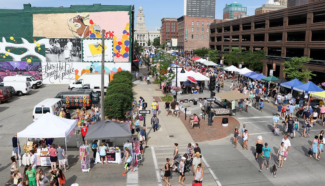 item 5 of Gallery image - Foto aérea de personas caminando en medio de un mercado agrícola